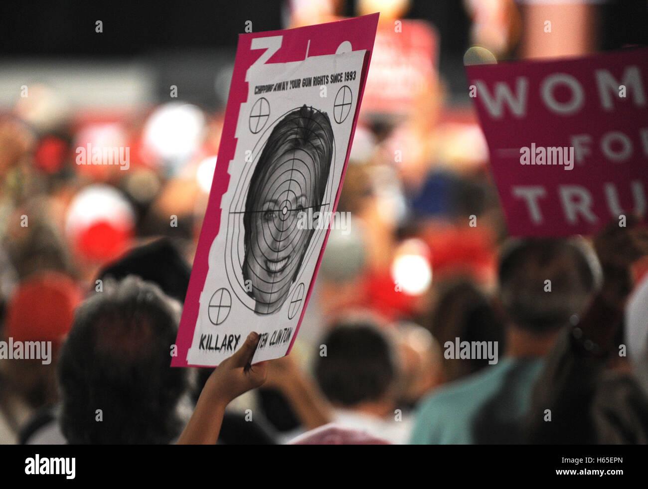 Tampa, Florida, USA. 24. Oktober 2016. Ein Bild von Hillary Clinton mit dem Fadenkreuz wird gehalten, während Stockbild