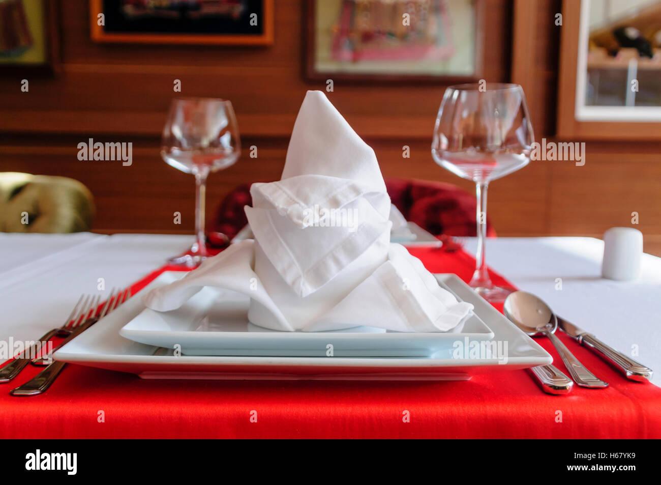 Gefaltete Serviette und Einstellungen in einem Fine Dining Restaurant Stockbild