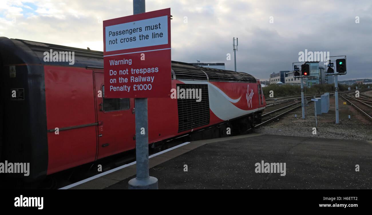 Laden Sie dieses Alamy Stockfoto Virgin East Coast Mainline Train, Bahnhof Aberdeen, Schottland, UK - Passagiere müssen die Linie nicht Kreuz - H6ETT2