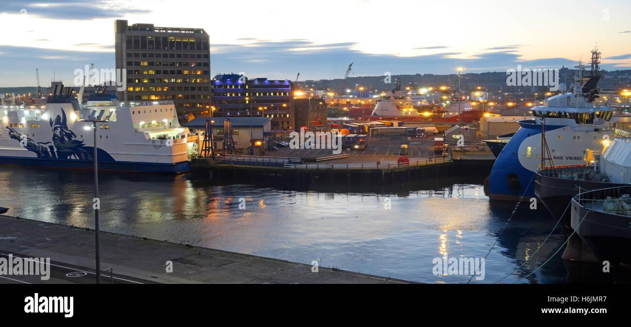 Laden Sie dieses Alamy Stockfoto Aberdeen Hafen bei Nacht, Aberdeenshire, Schottland, UK - H6JMR7