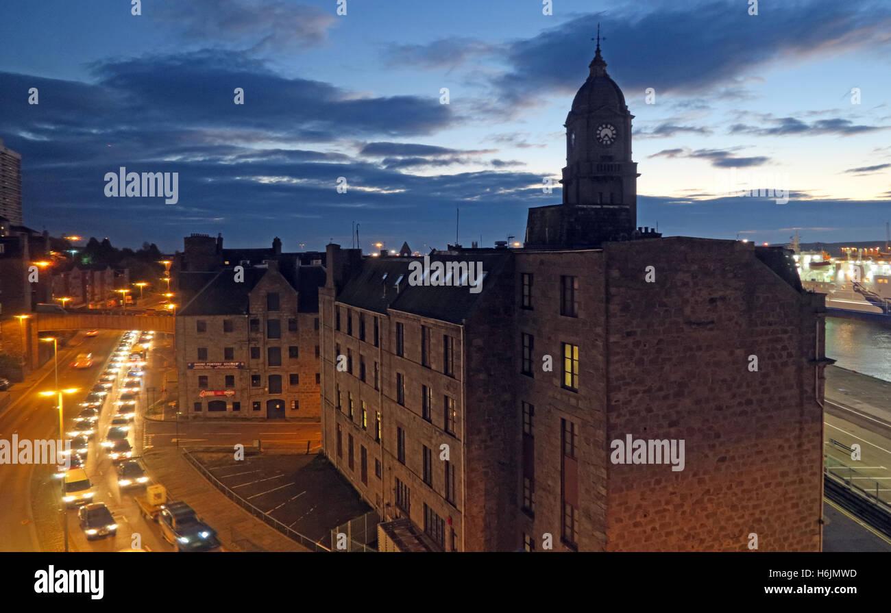 Laden Sie dieses Alamy Stockfoto Aberdeen Harbour bei Nacht, Aberdeenshire, Schottland, UK - Morgen-Verkehr - H6JMWD