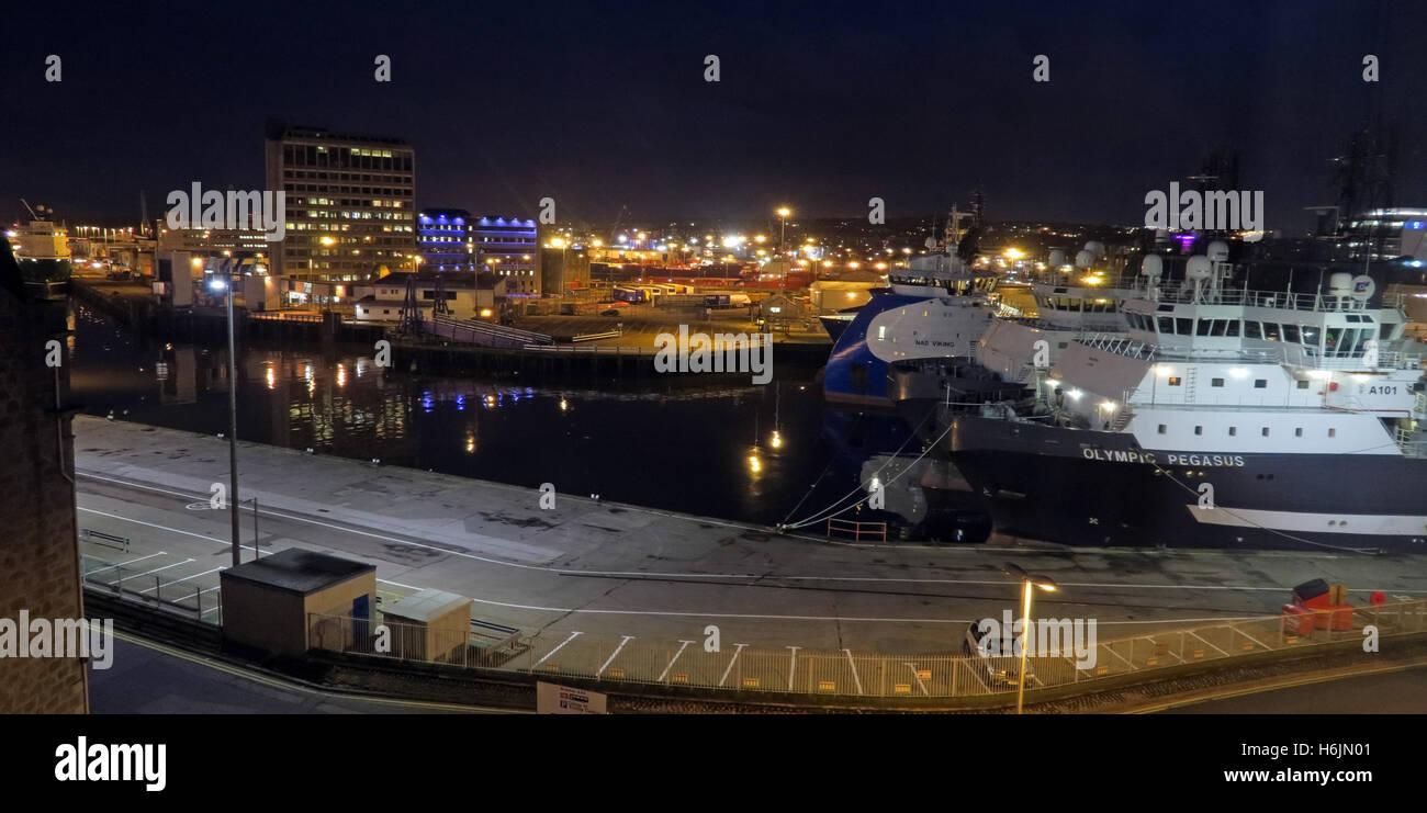 Laden Sie dieses Alamy Stockfoto Aberdeen Hafen bei Nacht, Aberdeenshire, Schottland, UK Pano - H6JN01