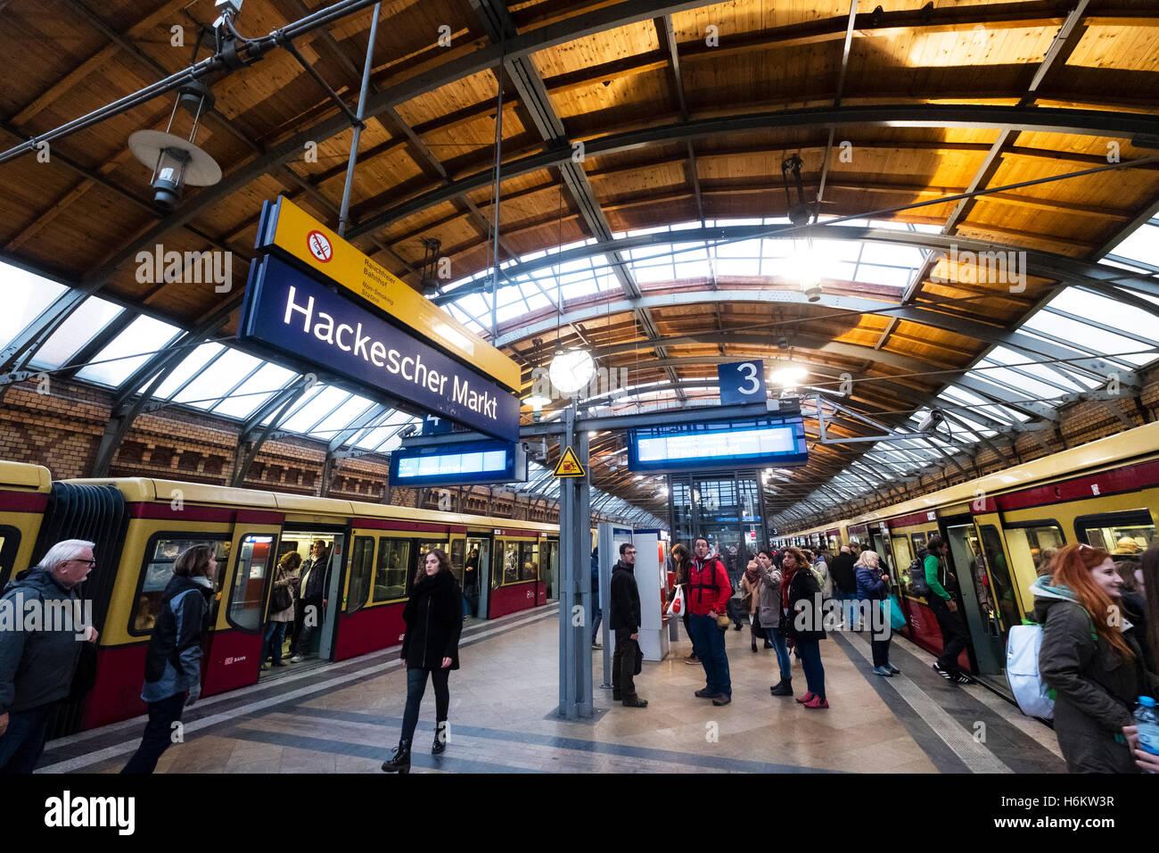 Plattform und S-Bahn-Züge am Bahnhof Hackescher Markt in Berlin Deutschland Stockbild
