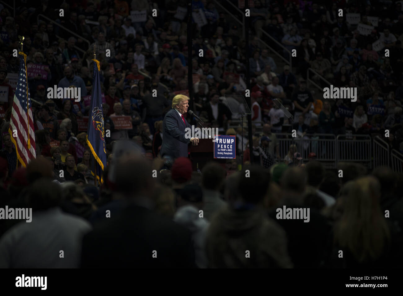 Hershey, Pennsylvania, USA. 5. November 2016. Donald Trump spricht über 10.000 Fans in Hersey, Pennsylvania Stockbild