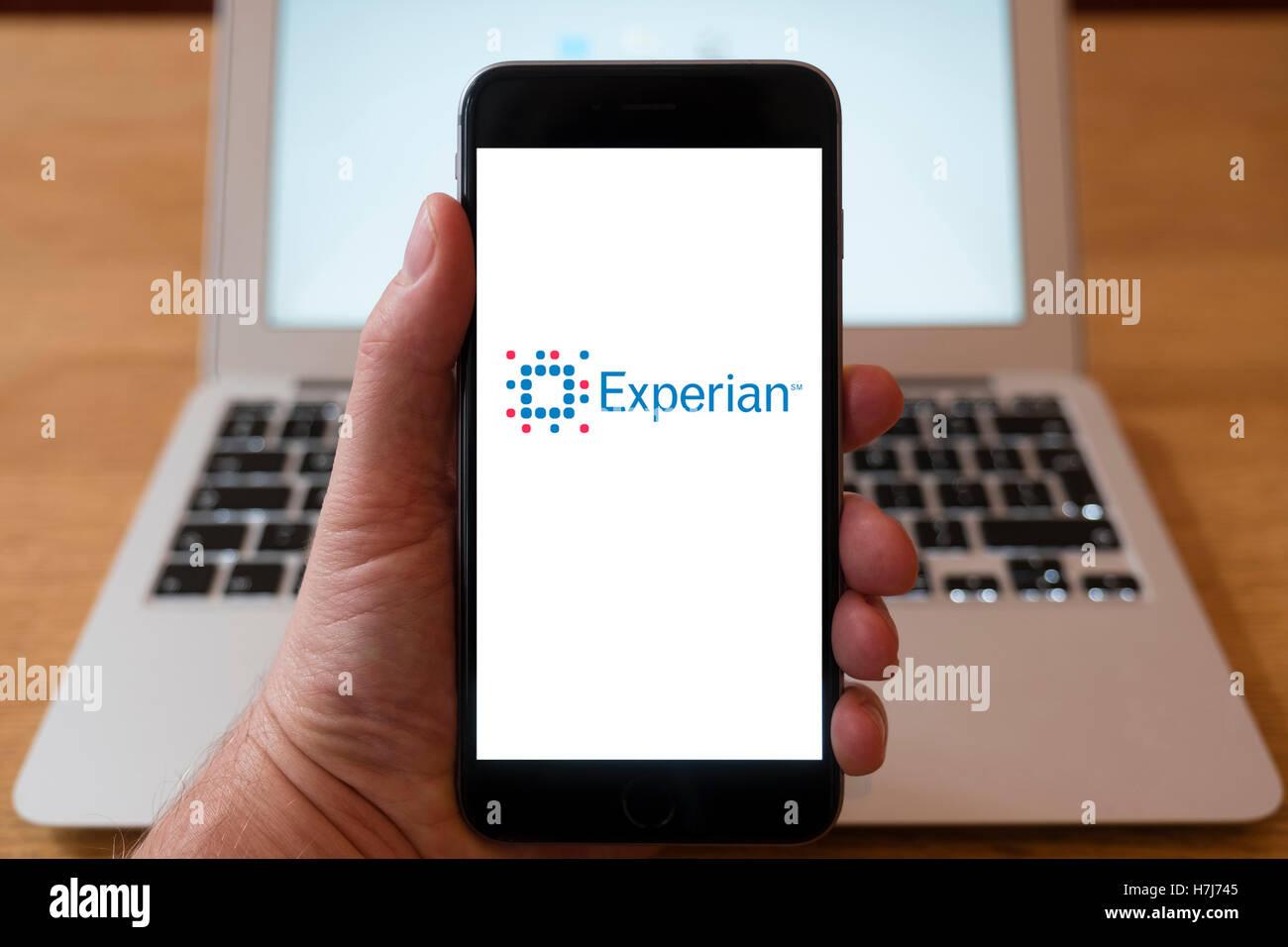 Mit iPhone Smartphone zum Logo von Experian der global Information Services Group anzeigen Stockbild