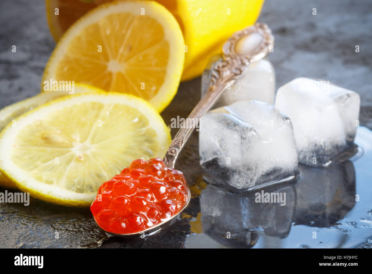 Rot-Lachs-Kaviar und Zitrone. Selektiven Fokus Stockbild