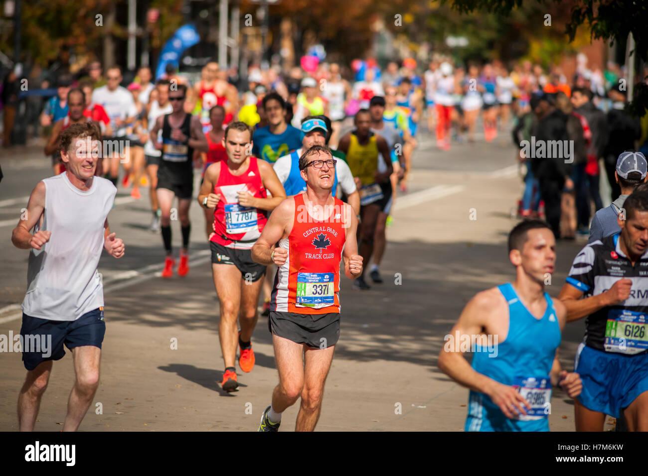 New York, USA. 6. November 2016. Läufer durchqueren Harlem in New York in der Nähe von 22 Meilen-Marke in der Nähe Stockfoto