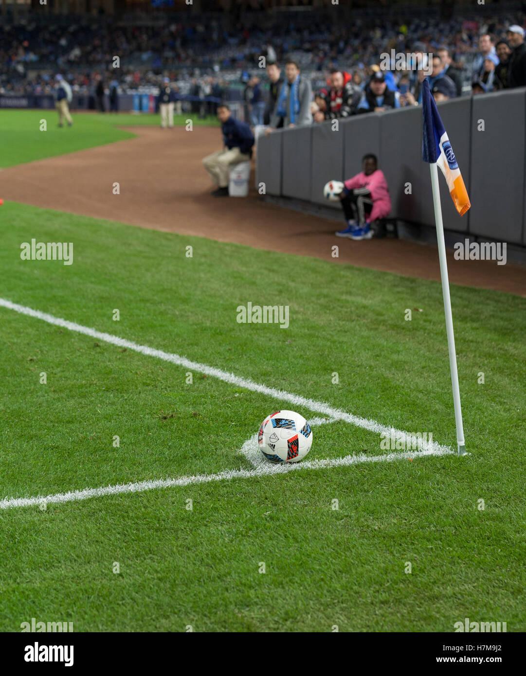 New York, Vereinigte Staaten von Amerika. 6. November 2016. New York, NY USA - 6. November 2016: Fußball an Ecke Stockfoto