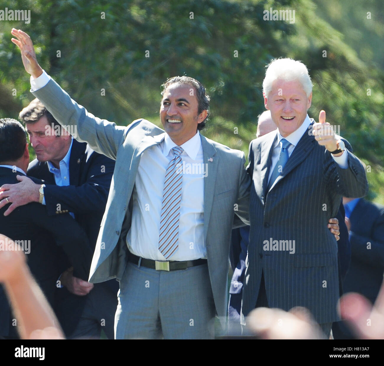 AMI Bera steht auf einer Bühne mit Bill Clinton spricht an der UC Davis in Kalifornien. Stockbild