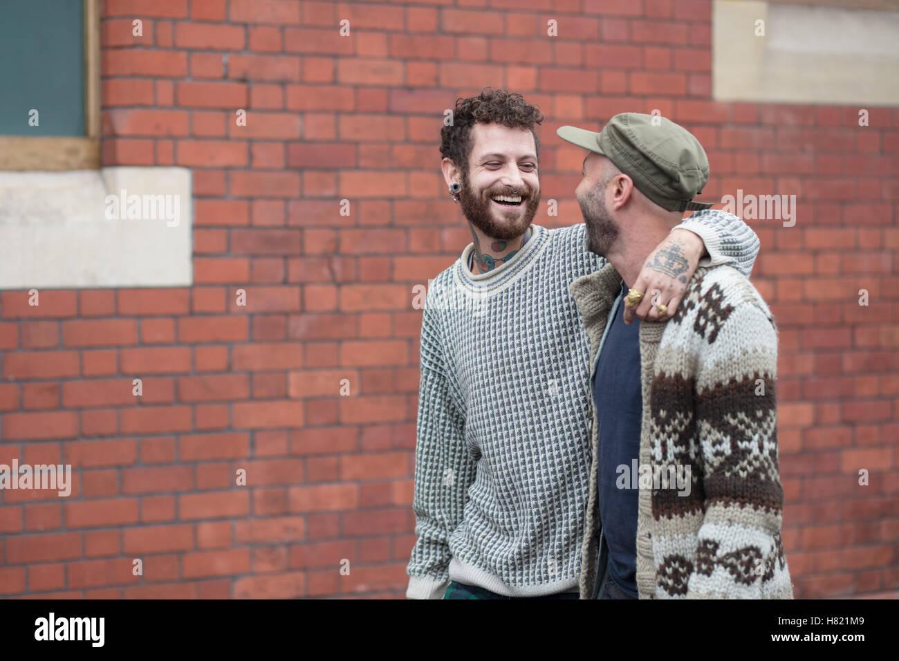 Gay paar Arm in Arm auf der Straße Stockbild