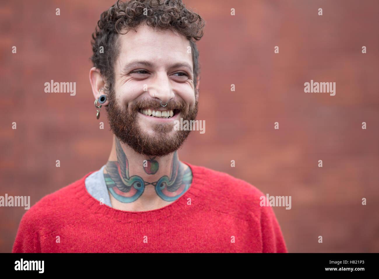 Porträt von einem freundlichen tätowierte Mann in seinen 30ern Stockbild