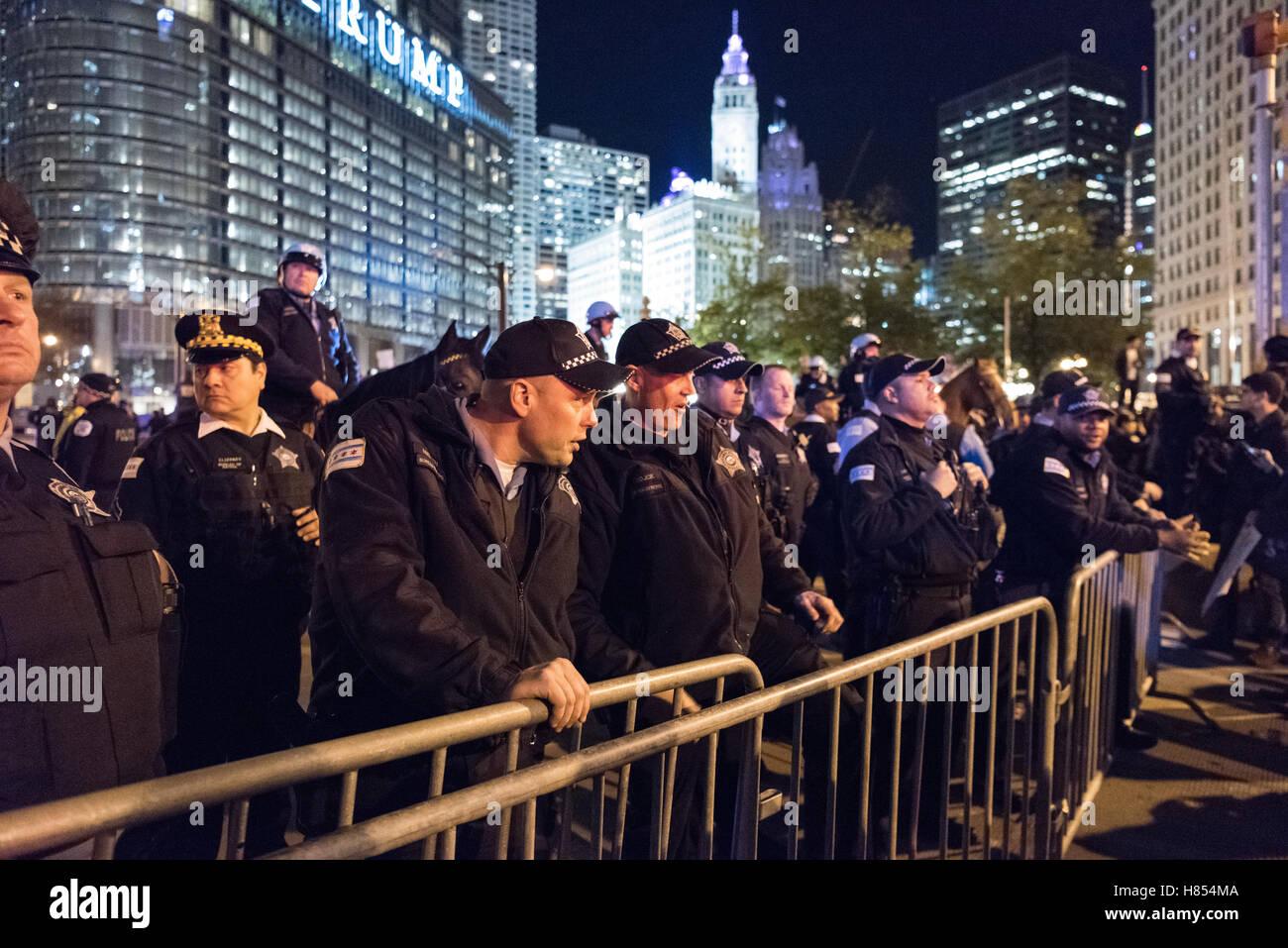 Chicago, Illinois, USA. 9. November 2016. Chicago Polizei Verbarrikadierung anti-Trump Demonstranten von Anfang Stockbild