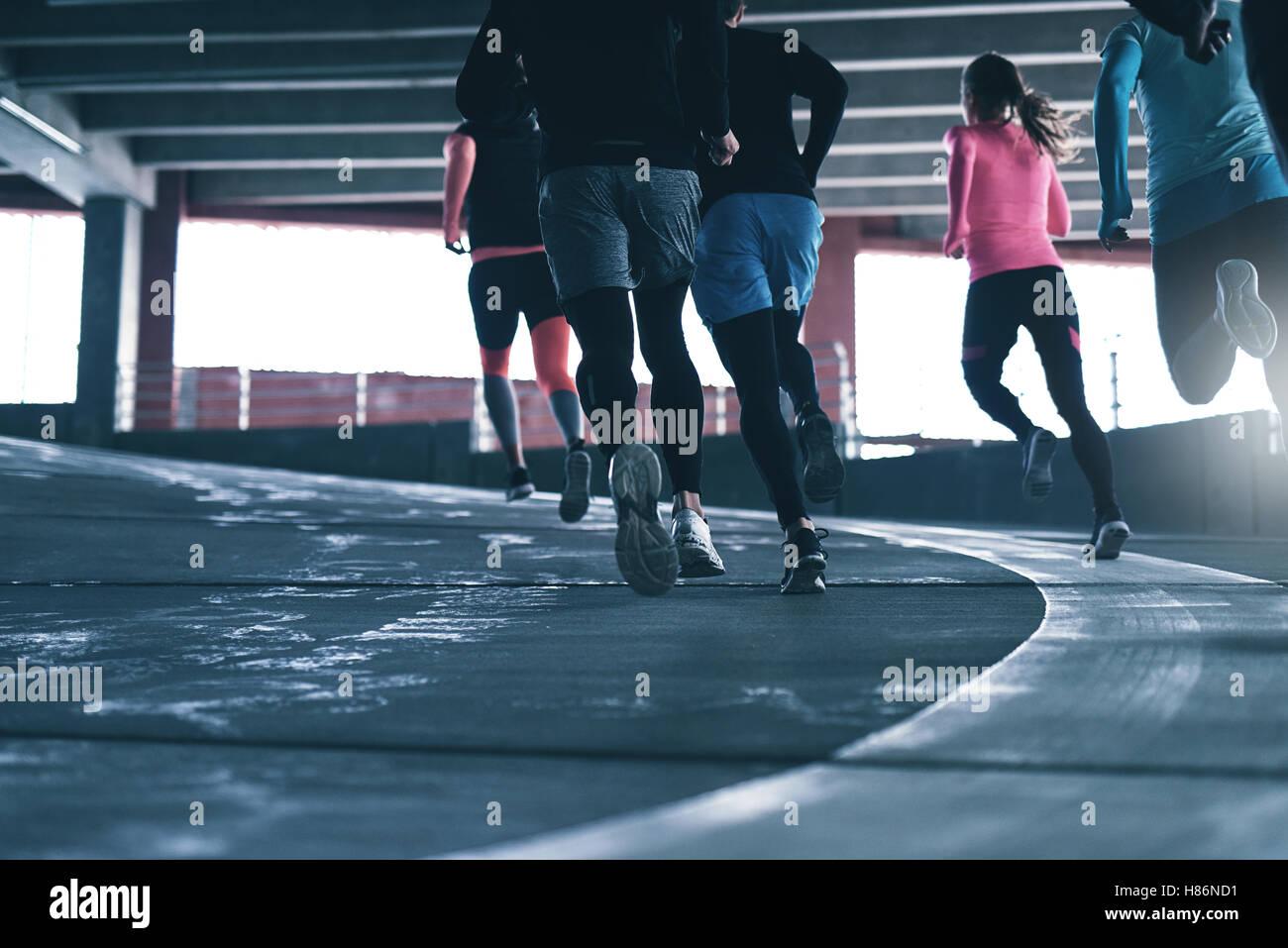 Rückansicht der unkenntlich Sportler im Parkplatz laufen. Exemplar Stockfoto
