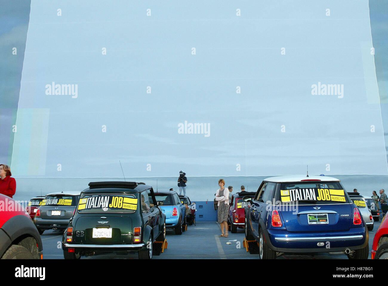 MINI AT die Drive-in Kino-MINI fahren IN den PARAMOUNT STUDIOS HOLLYWOOD LOS ANGELES USA-PREMIERE 20. Mai 2003 Stockbild