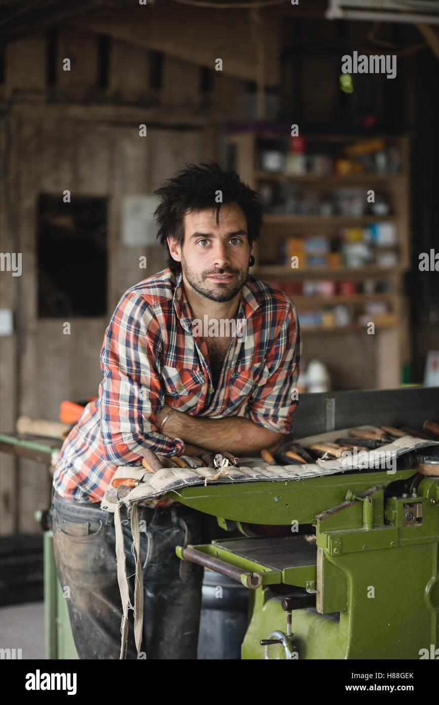 Ökologische Porträt eines Zimmermanns in seiner Werkstatt Stockbild