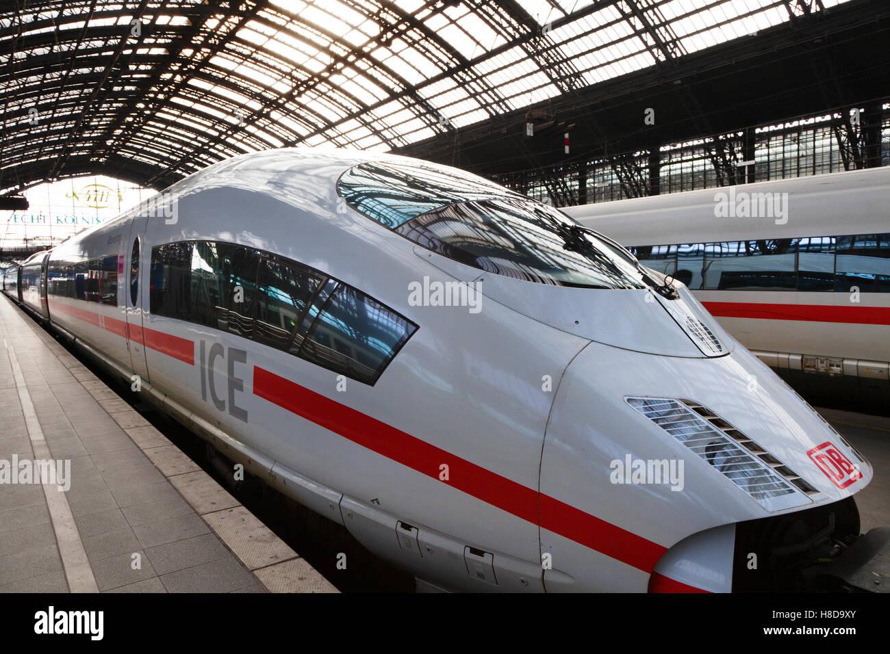 Ein Intercity-Express-Zug der Deutschen Bahn bleibt in der Kölner Bahnhof in Deutschland Stockbild