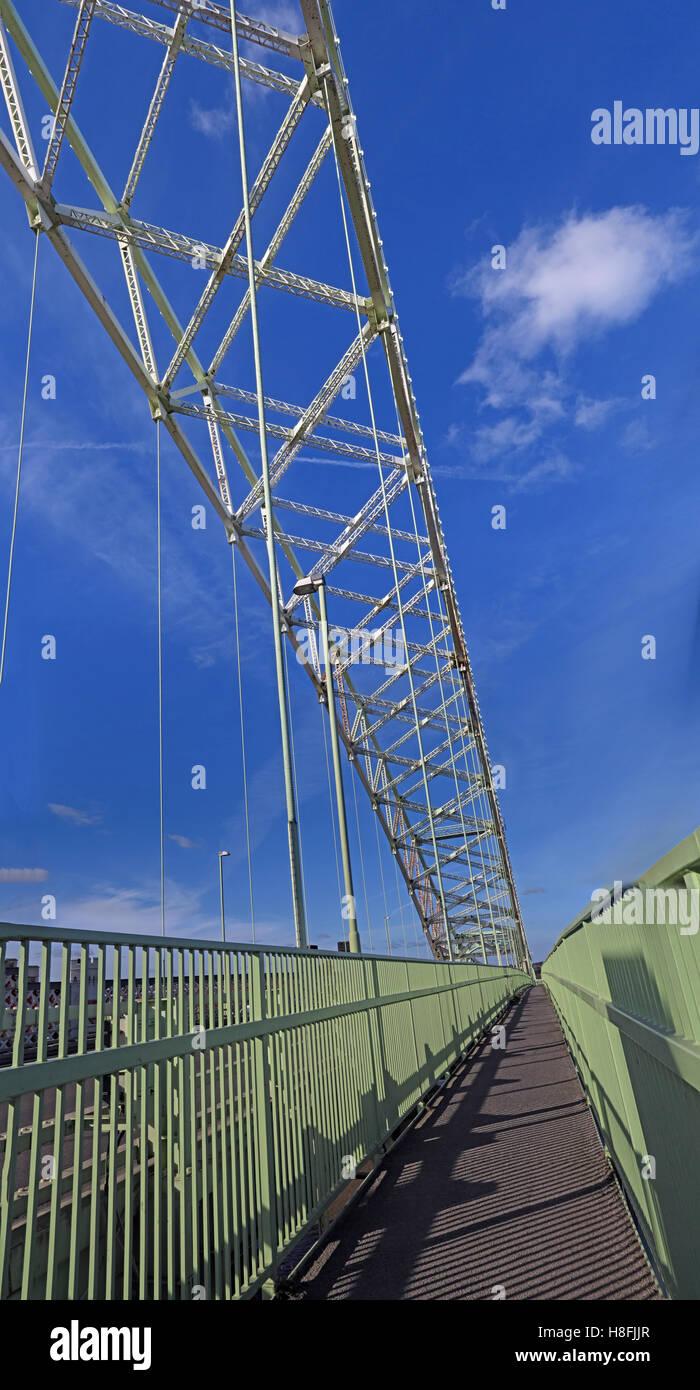 Laden Sie dieses Alamy Stockfoto Runcorn Widnes Silver Jubilee Road bridge, A533, Halton, Cheshire, England, UK - H8FJJR