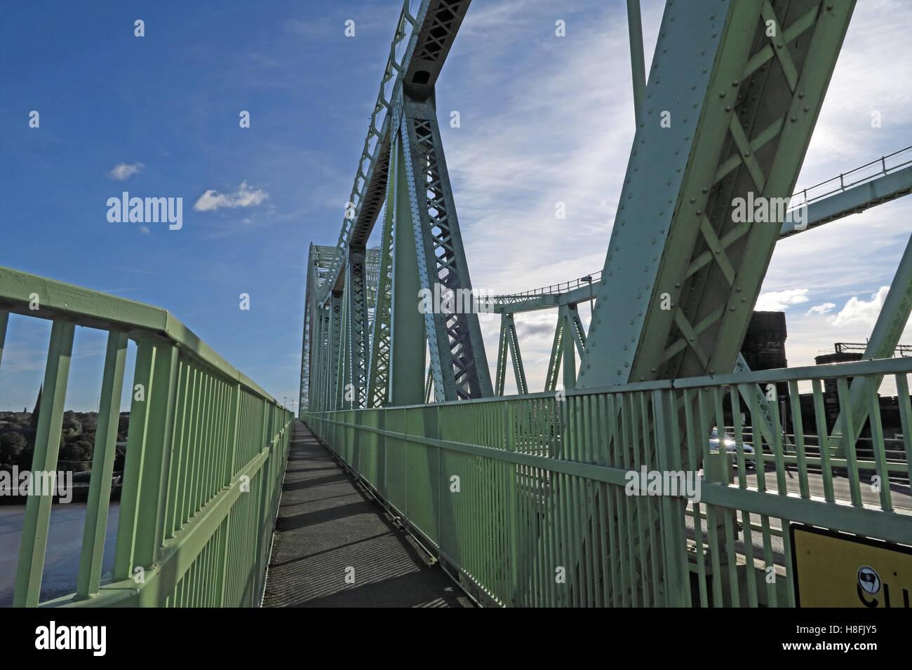 Laden Sie dieses Alamy Stockfoto Fußgängerzone, Runcorn Widnes Silver Jubilee Straße Brücke, A533, Halton, Cheshire, England, UK - H8FJY5