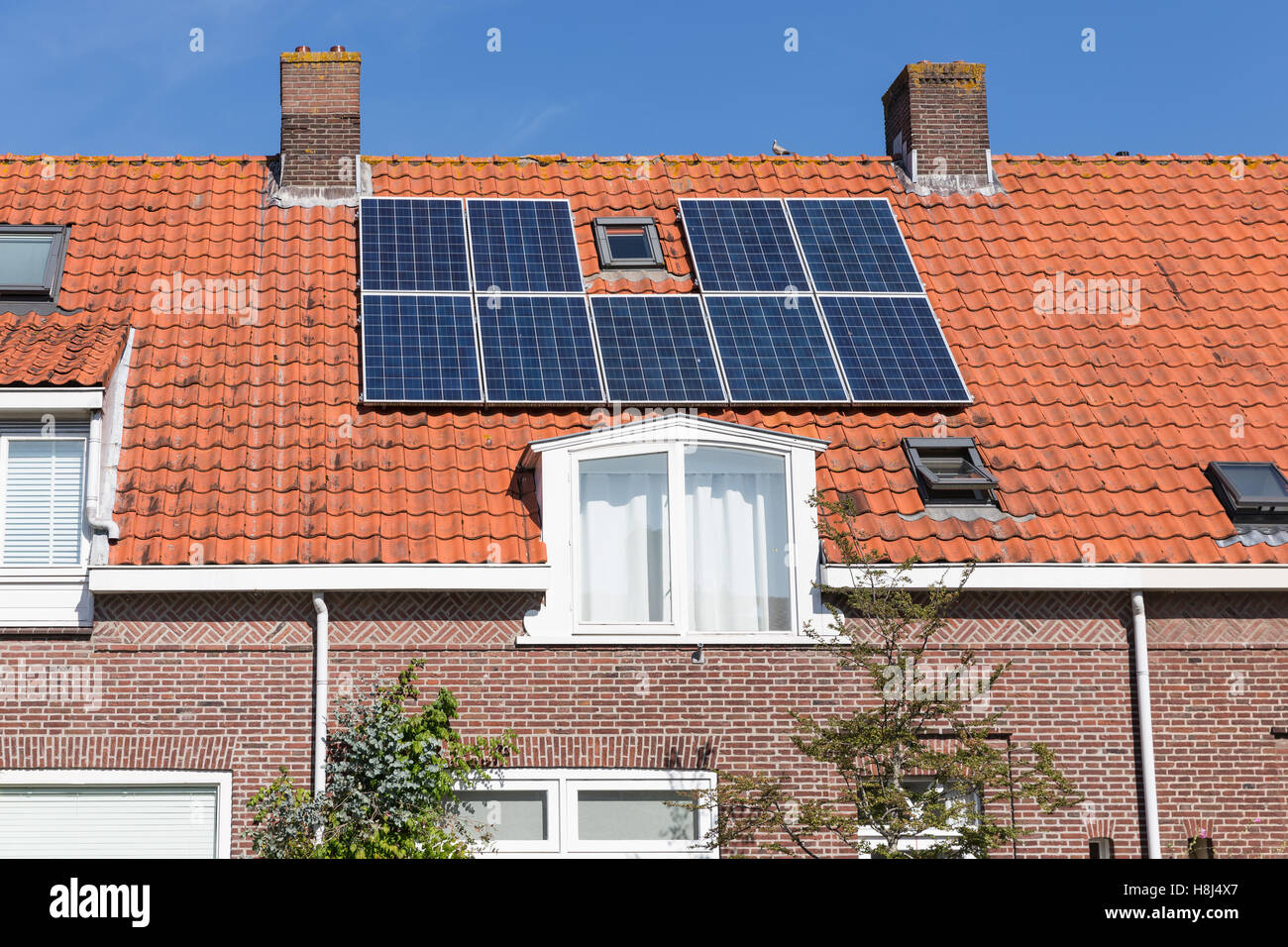 solar energy panel home family stockfotos solar energy panel home family bilder alamy. Black Bedroom Furniture Sets. Home Design Ideas