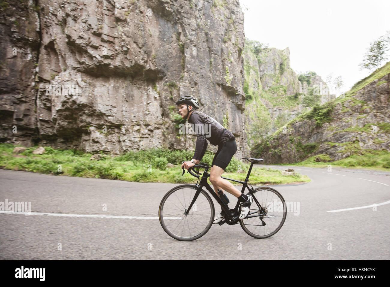 Ein junger Radfahrer Klettern einen Hügel in Cheddar George Stockbild