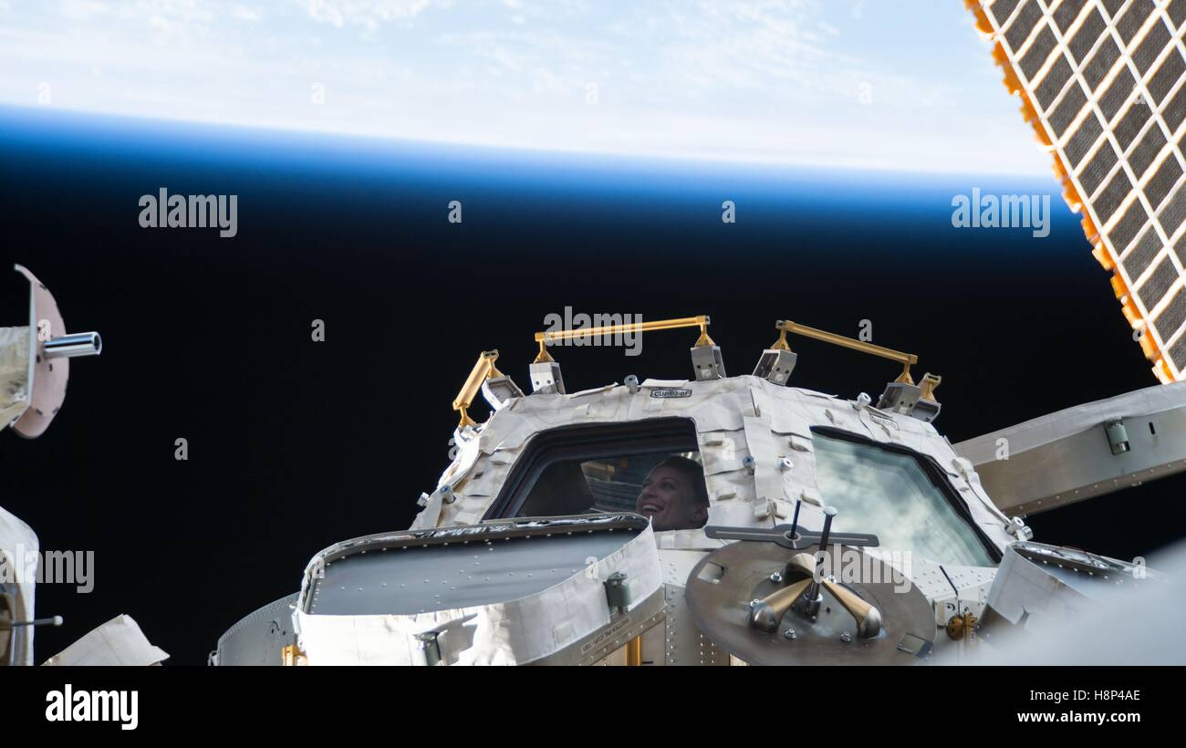 Internationale Raumstation NASA Astronaut Kate Rubins sieht aus einem ISS-Fenster in den Raum 9. Oktober 2016 in Stockbild