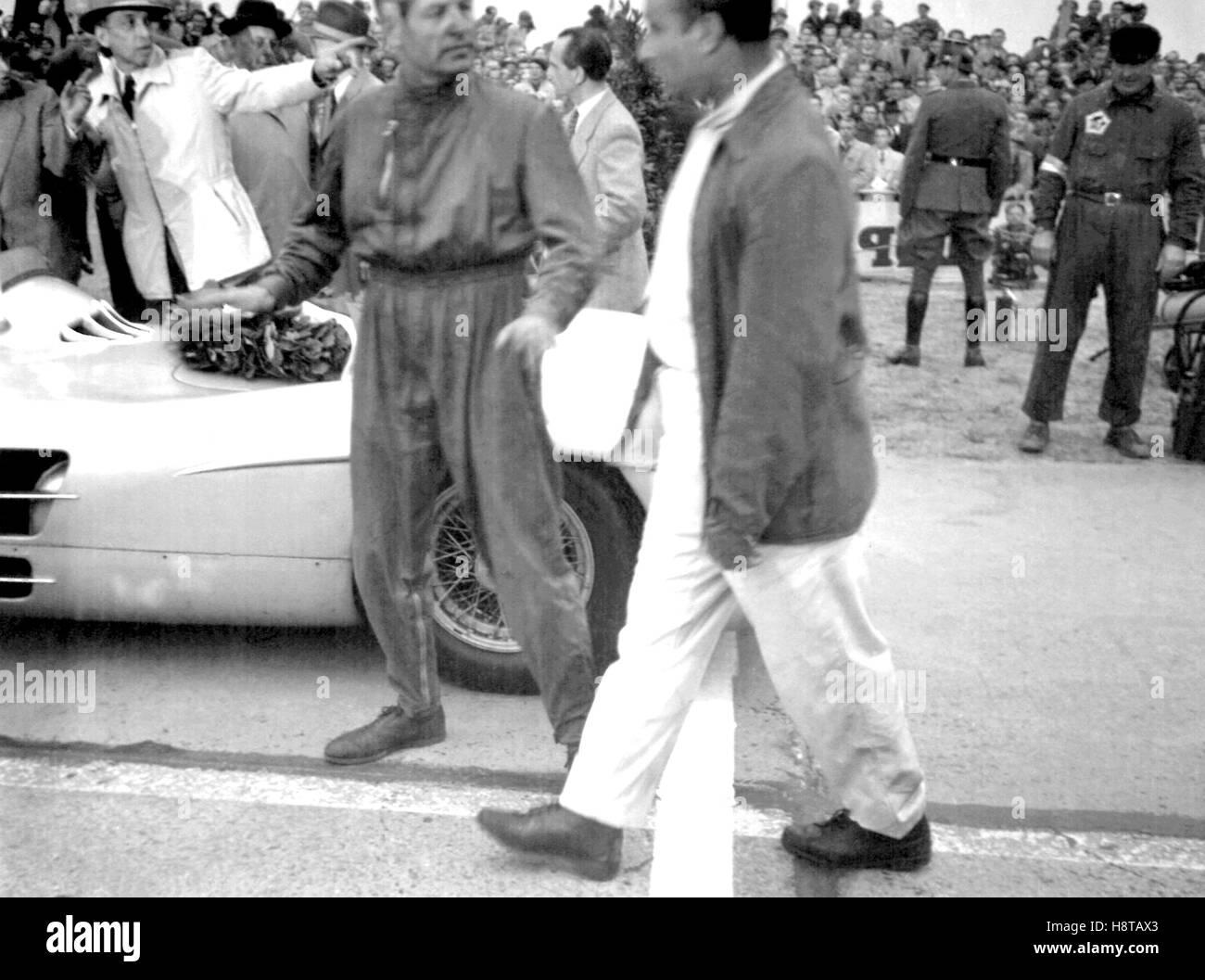 1954-BERLIN-GP-FANGIOKLING-POST-RENNEN Stockbild