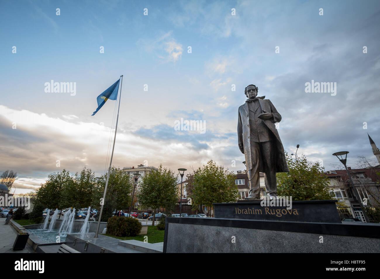 Statue, Ibrahim Rugova, erster Präsident der Republik Kosovo in Pristina, Hauptstadt des Landes gewidmet Stockbild