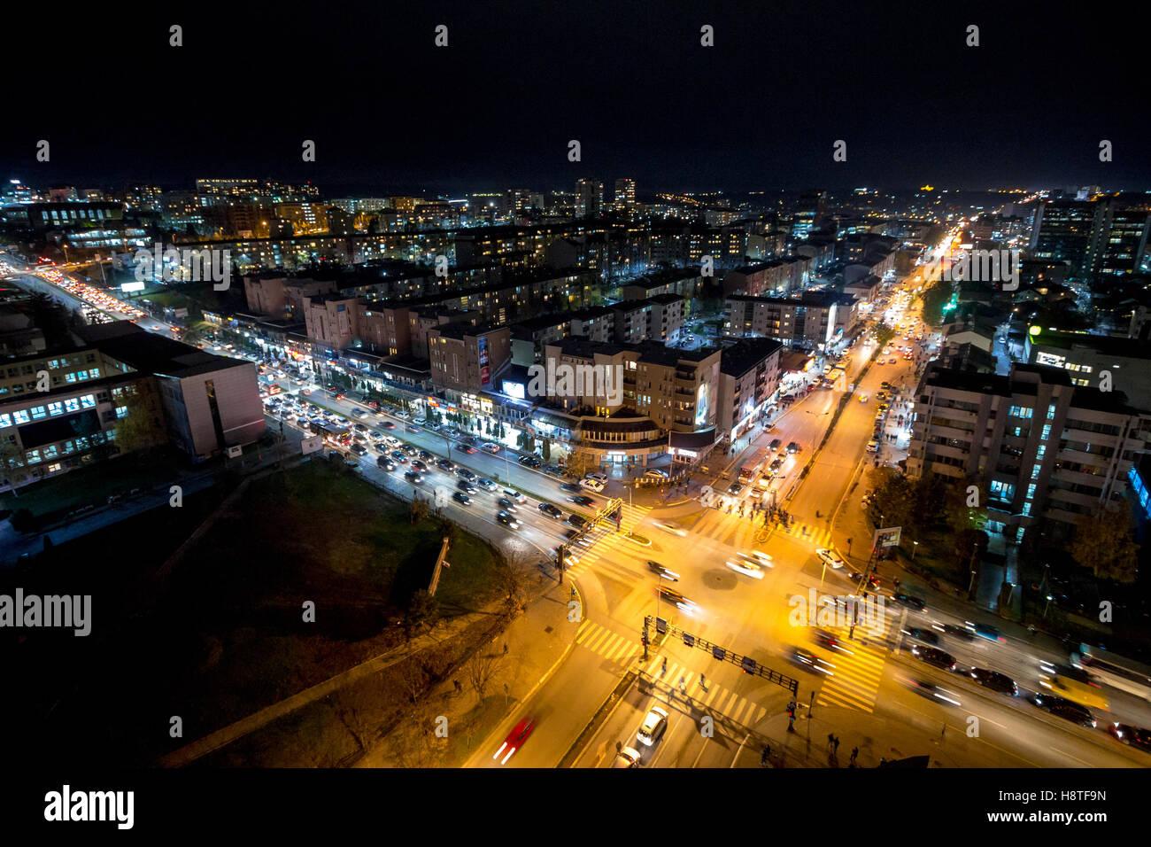 Nachtansicht von der Kreuzung zwischen Bill Clinton Boulevard / w. Boulevard in Pristina, Kosovo. Stockbild