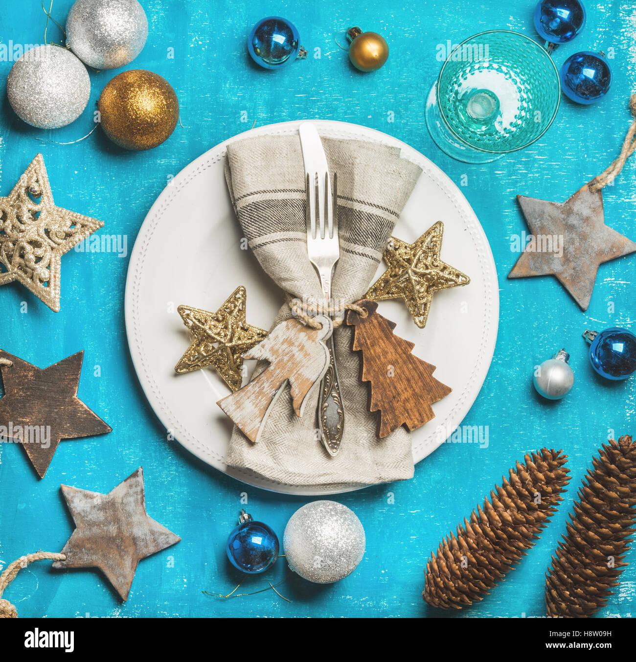 Weihnachten, Neujahr Urlaub Tisch einstellen über hellen blauen Hintergrund Stockbild