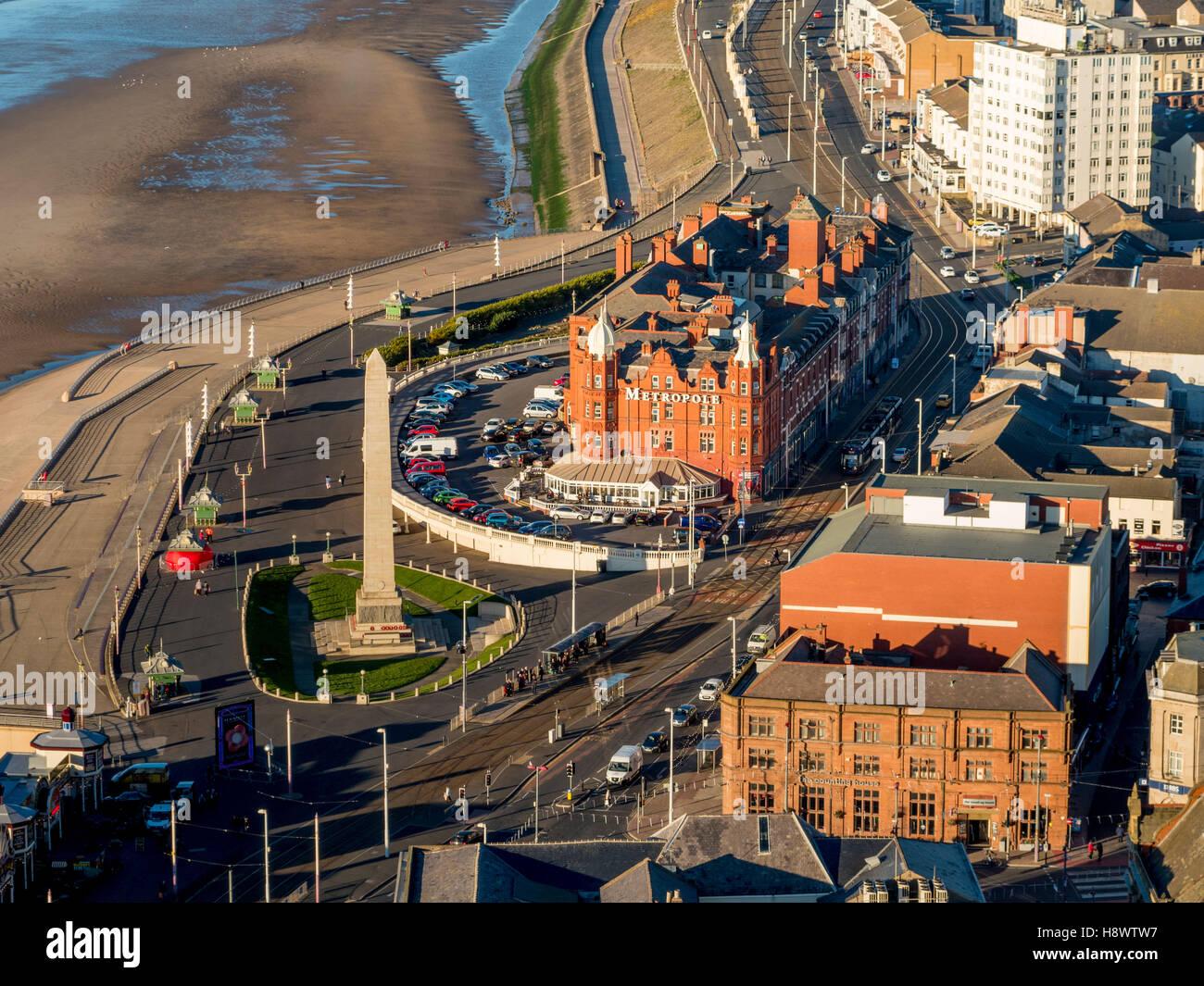 Krieg-Denkmal und Metropole Hotel, Norden direkt am Meer, Blackpool, Lancashire, UK. Stockbild