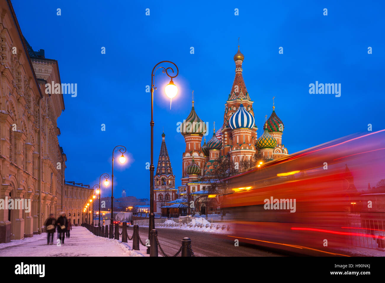 Roten Touristenbus, vorbei an St. Basils Cathedral bei Dämmerung, Roter Platz, Moskau, Russland Stockbild