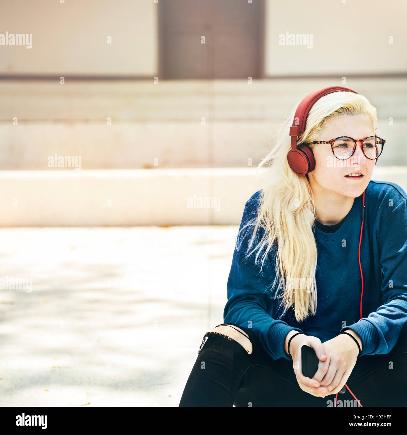Junge Frau Skater Telefonkonzept durchsuchen Stockbild