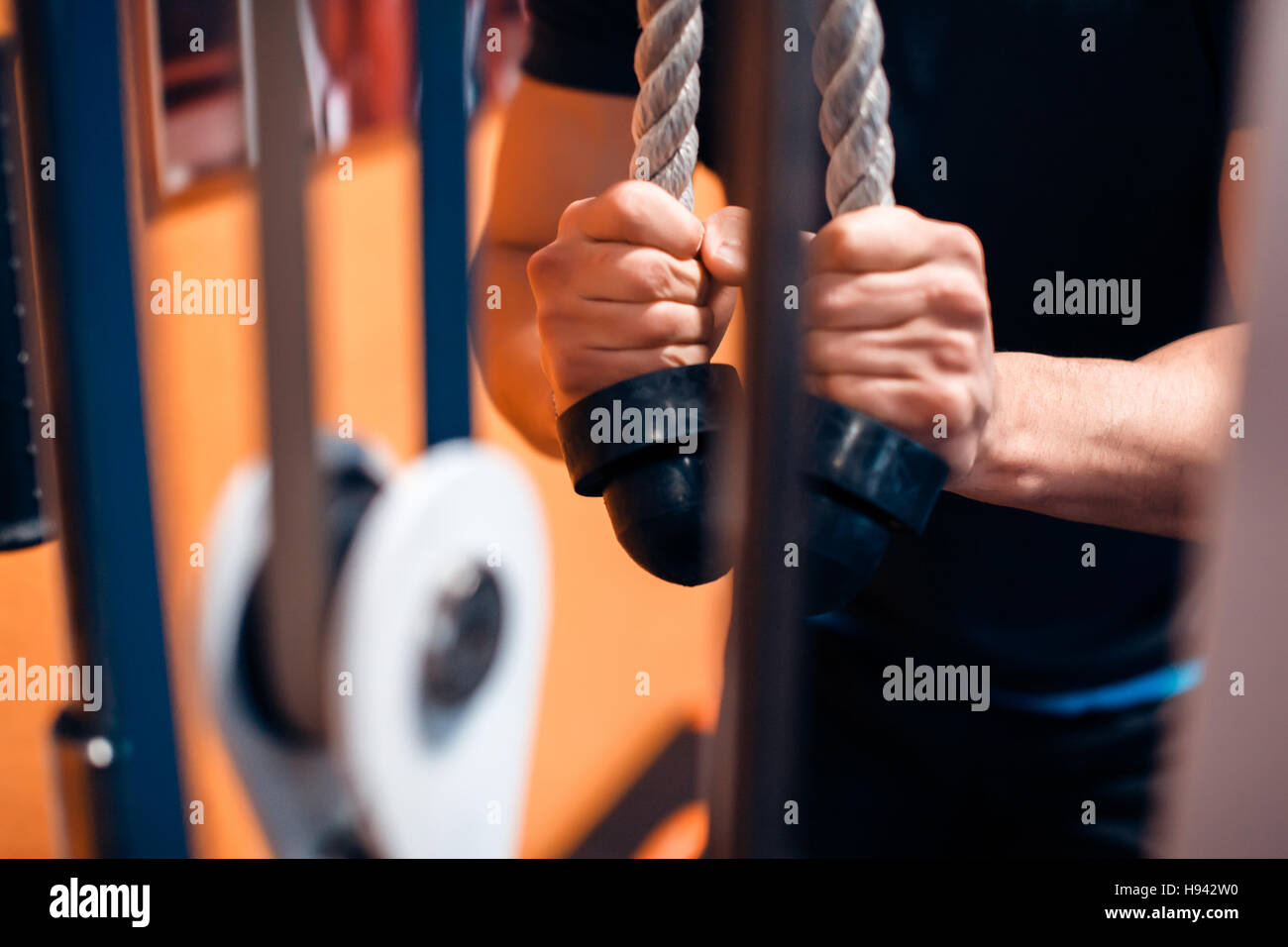 Trizeps-Übung mit Kabel Stockfoto