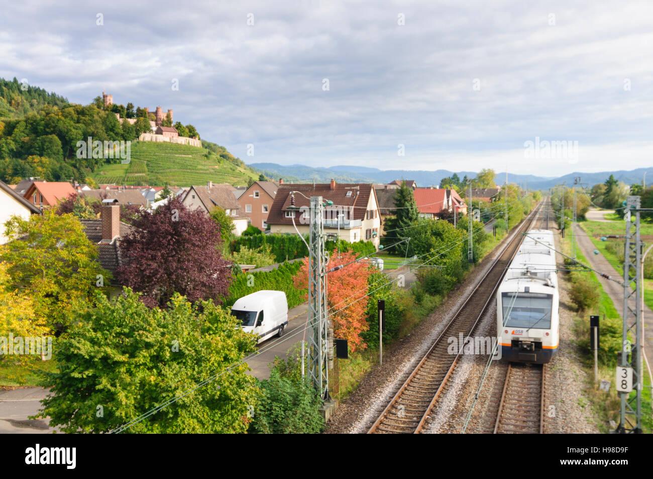 Ortenberg (Baden): Burg Schloss Ortenberg, Weinberge, Zug der Schwarzwaldbahn, Schwarzwald, Schwarzwald, Baden-Württemberg, Stockbild