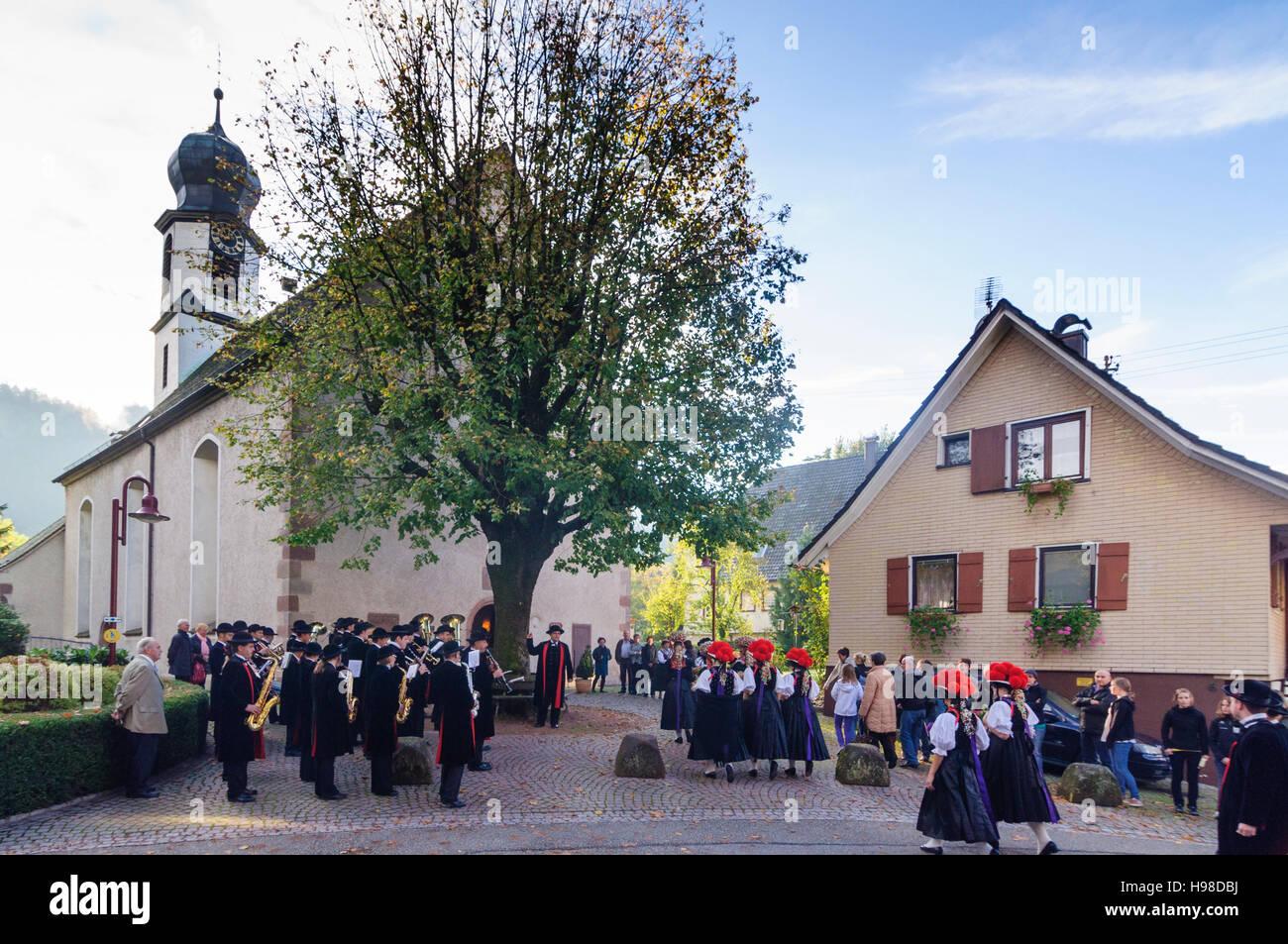 Gutach (Schwarzwaldbahn): Thanksgiving Parade an der Kirche, Frauen mit Bollenhut (Bollen Hut) oder Schäppel Stockbild