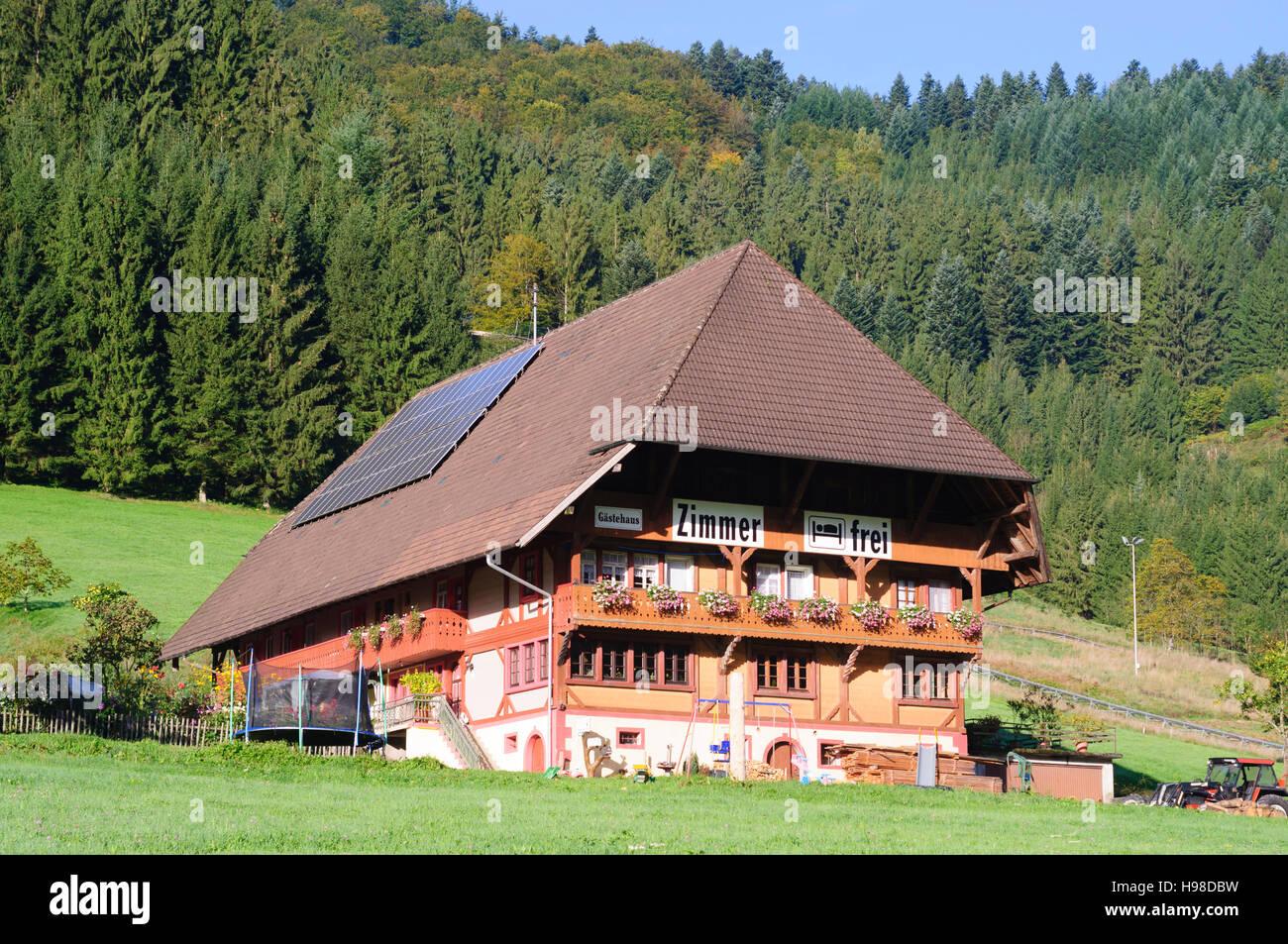 Gutach (Schwarzwaldbahn): Typisches Schwarzwaldhaus mit Solarzellen, Schwarzwald, Schwarzwald, Baden-Württemberg, Stockbild