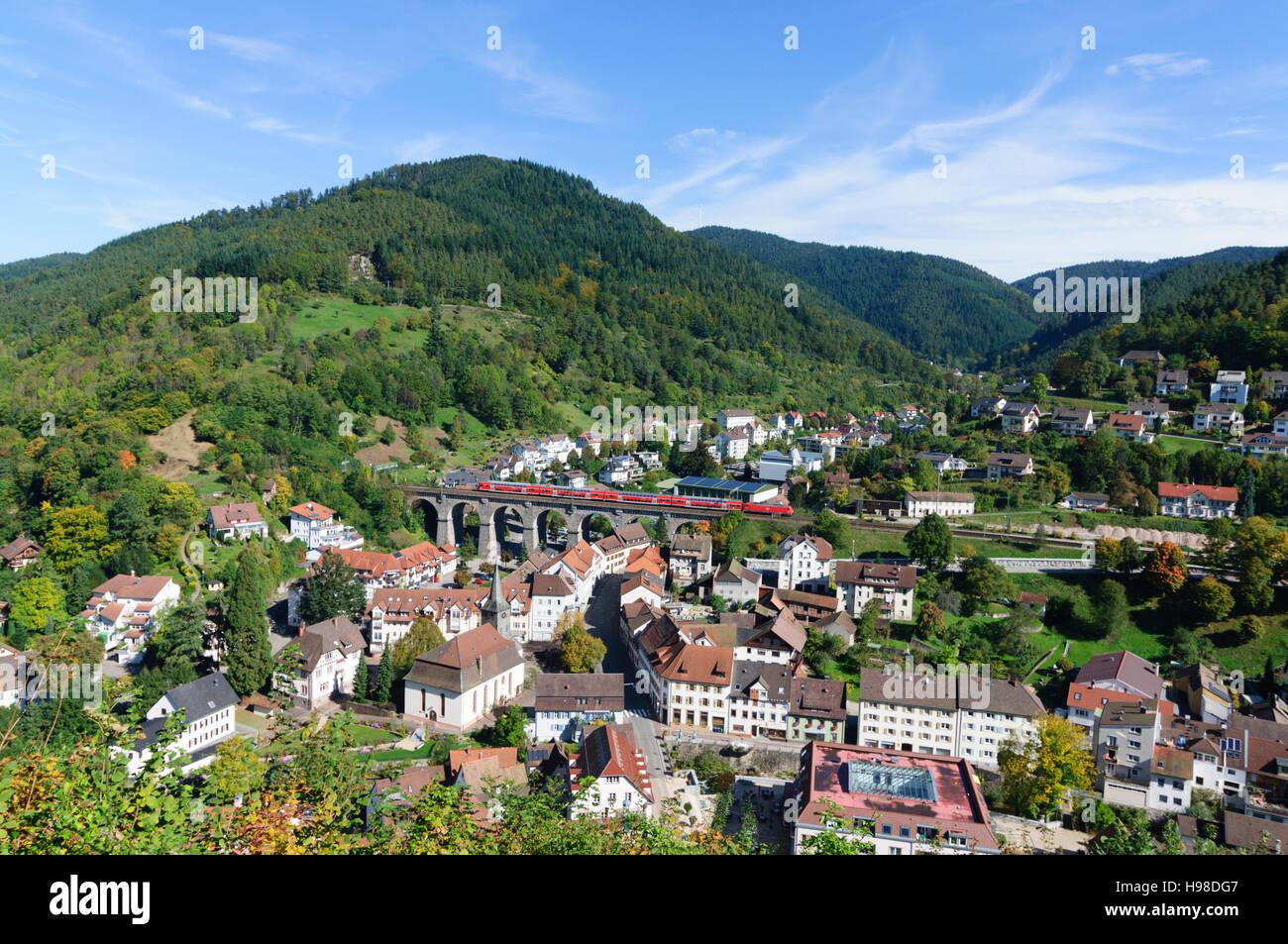 Hornberg (Schwarzwald): Blick vom Schlossberg auf Hornberg-Stadt mit dem Viadukt der Schwarzwaldbahn-Bahn-Linie, Stockbild