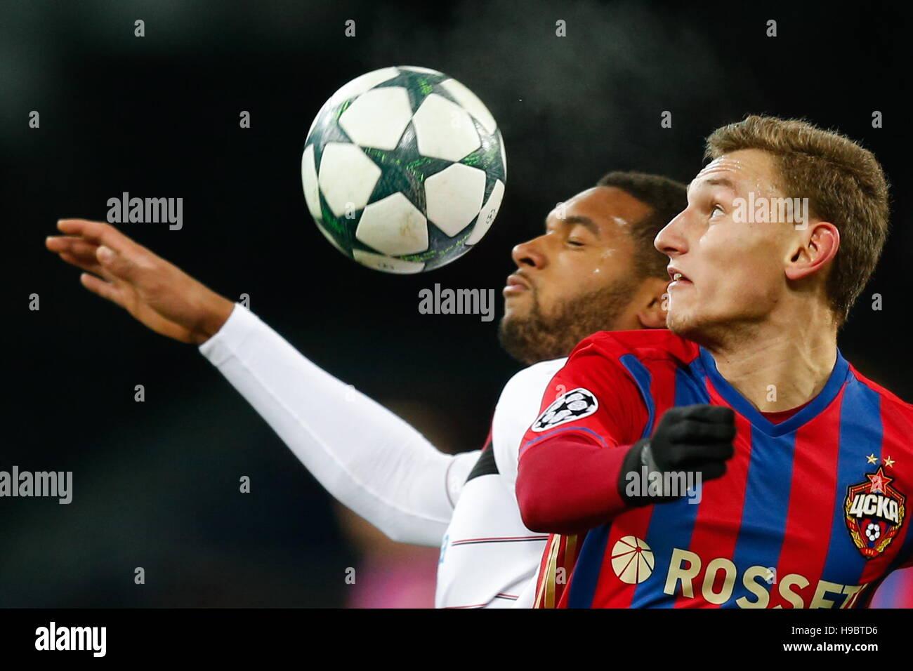 Moskau, Russland. 22. November 2016. Bayer 04 Leverkusen Jonathan Tah (L) und ZSKA Moskau Fedor Chalov in Aktion Stockfoto