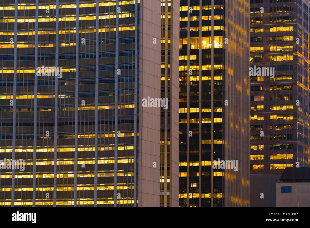 Die hellen Lichter von drei Bürotürmen nachts in Sydney Stockbild