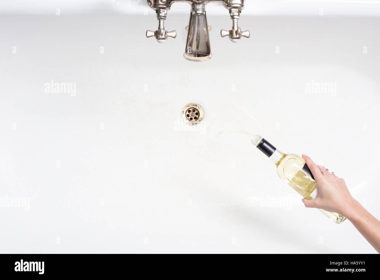 Detail einer Frau Gießen entfernt Wein in einem Akt der Verzicht auf Alkohol Stockbild