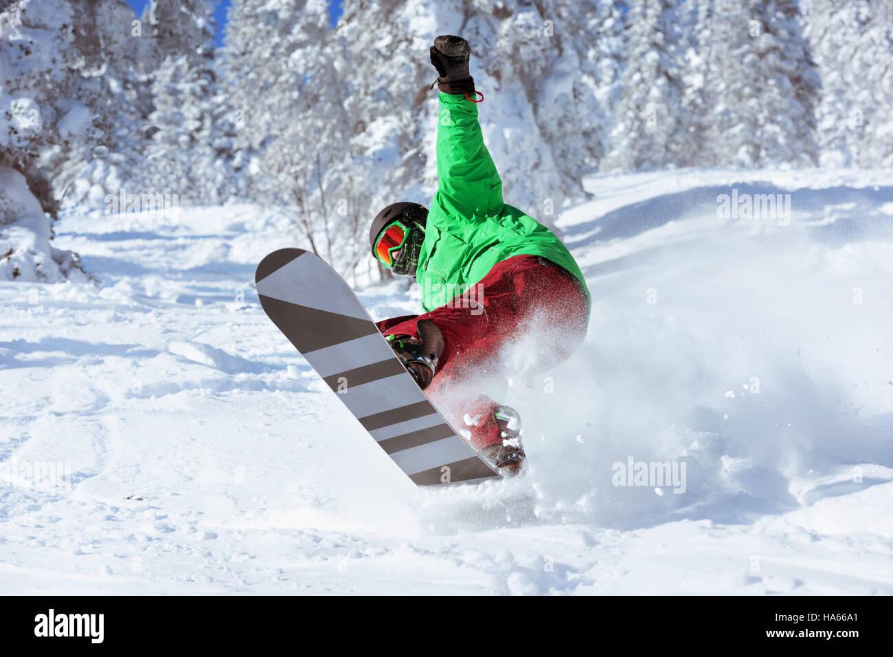 Skifahrer Snowboarder springt Freeride Wald Stockfoto