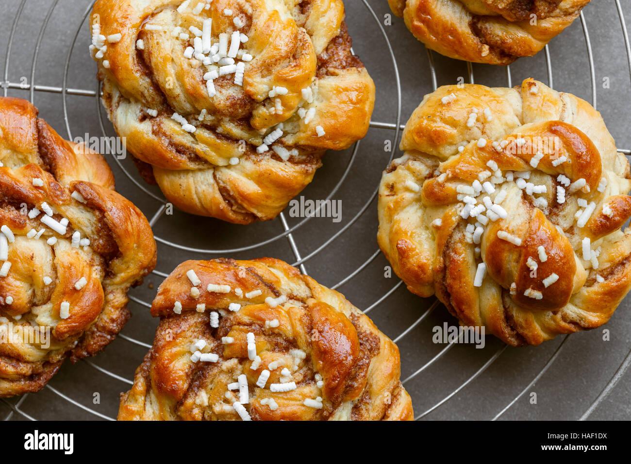 Süße Zimtschnecke rollt auf Kuchen rack Stockbild