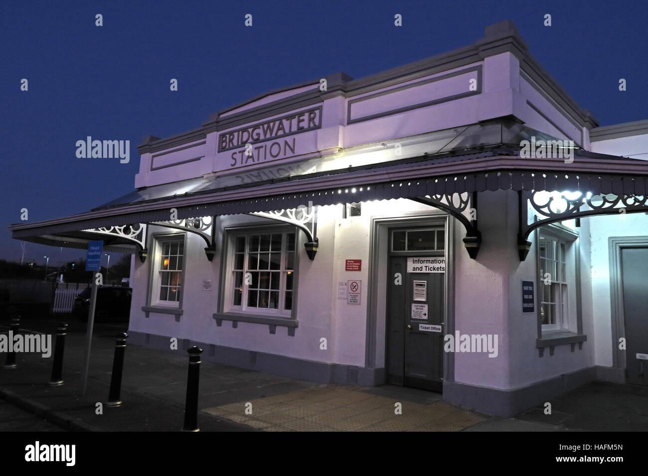 Laden Sie dieses Alamy Stockfoto Bridgwater Bahnhof in der Abenddämmerung, GWR, Somerset, SW England, UK - HAFM5N