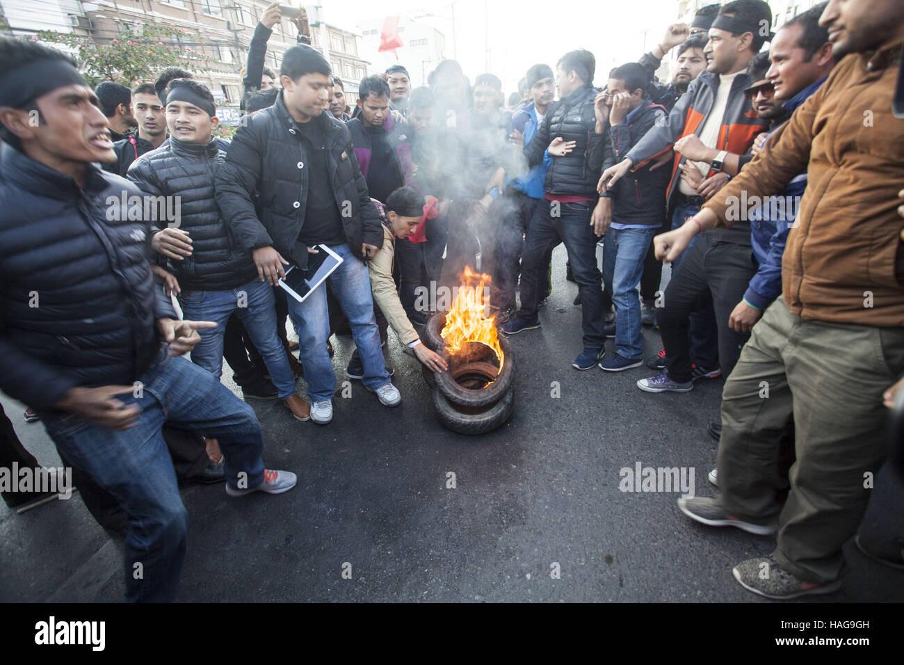 Kathmandu, Nepal. 30. November 2016. Demonstranten verbrennen Reifen während einer Protestaktion gegen die Stockbild