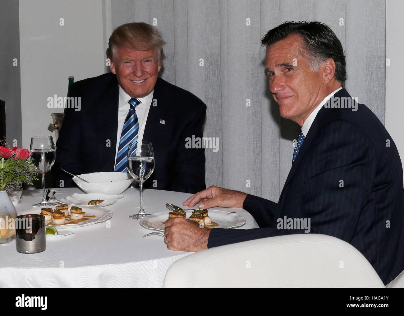 New York City. 29. November 2016. Vereinigte Staaten Präsident elect Donald Trump sitzt an einem Tisch mit Stockbild