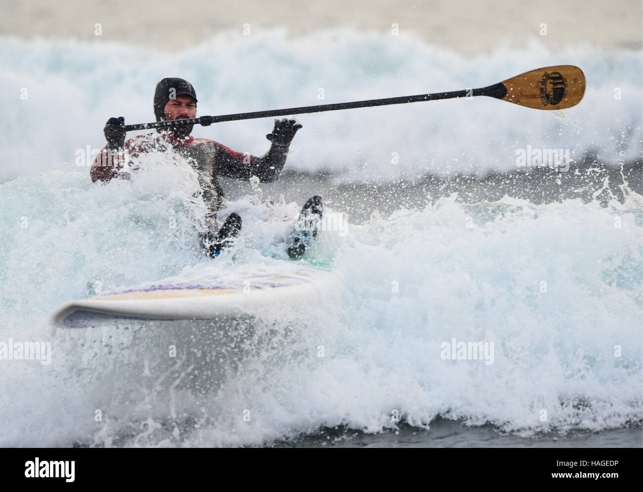 Wladiwostok, Russland. 1. Dezember 2016. Ein Mann, eine Welle zu reiten, auf Stand up Paddle Board in der Ussuri Stockfoto