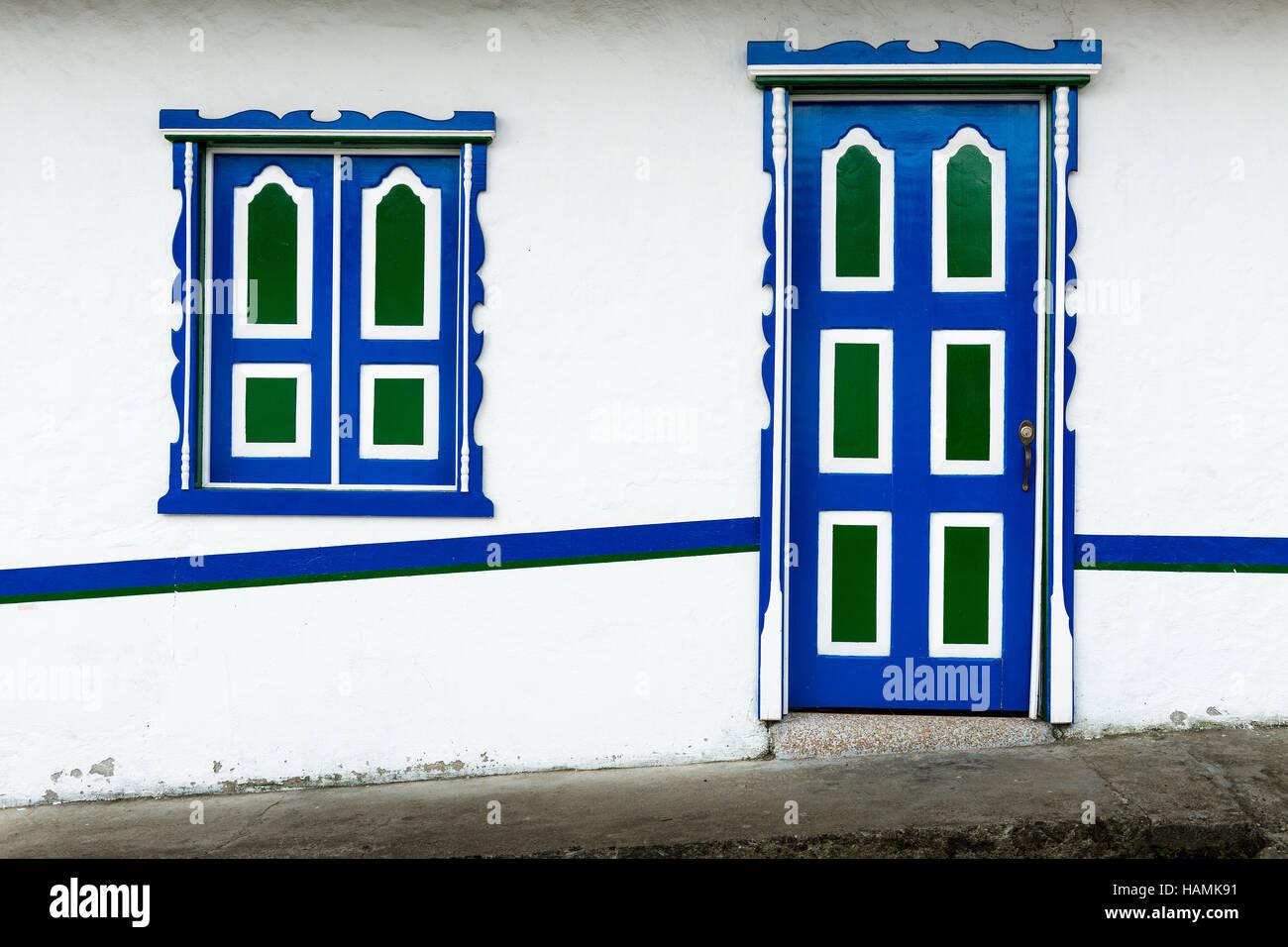 Detail einer hölzernen Tür-Fenster bunt bemalt in einem traditionellen Haus im Kolonialstil in der Stadt Stockbild