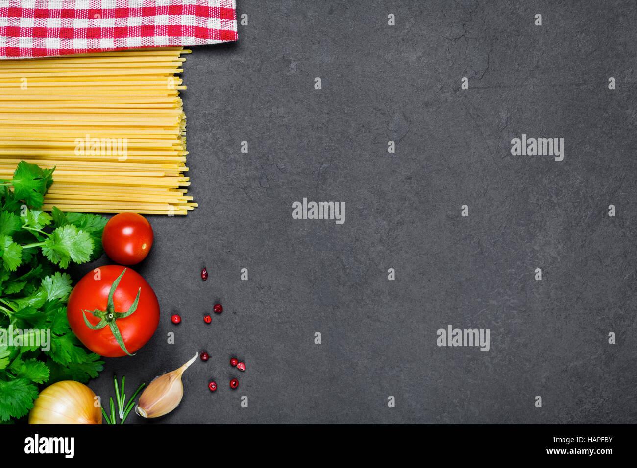 Kochen Zutaten für italienische Küche: Pasta Spaghetti, Tomaten, Petersilie, Zwiebel, Knoblauch, Pfefferkörner Stockbild