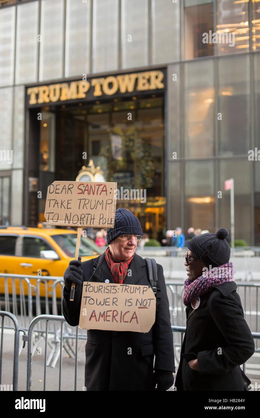 Ein Anti-Trump-Demonstrant steht außerhalb Trump Tower in New York City. Bildnachweis: Jake Lyell/Alamy Live Stockbild
