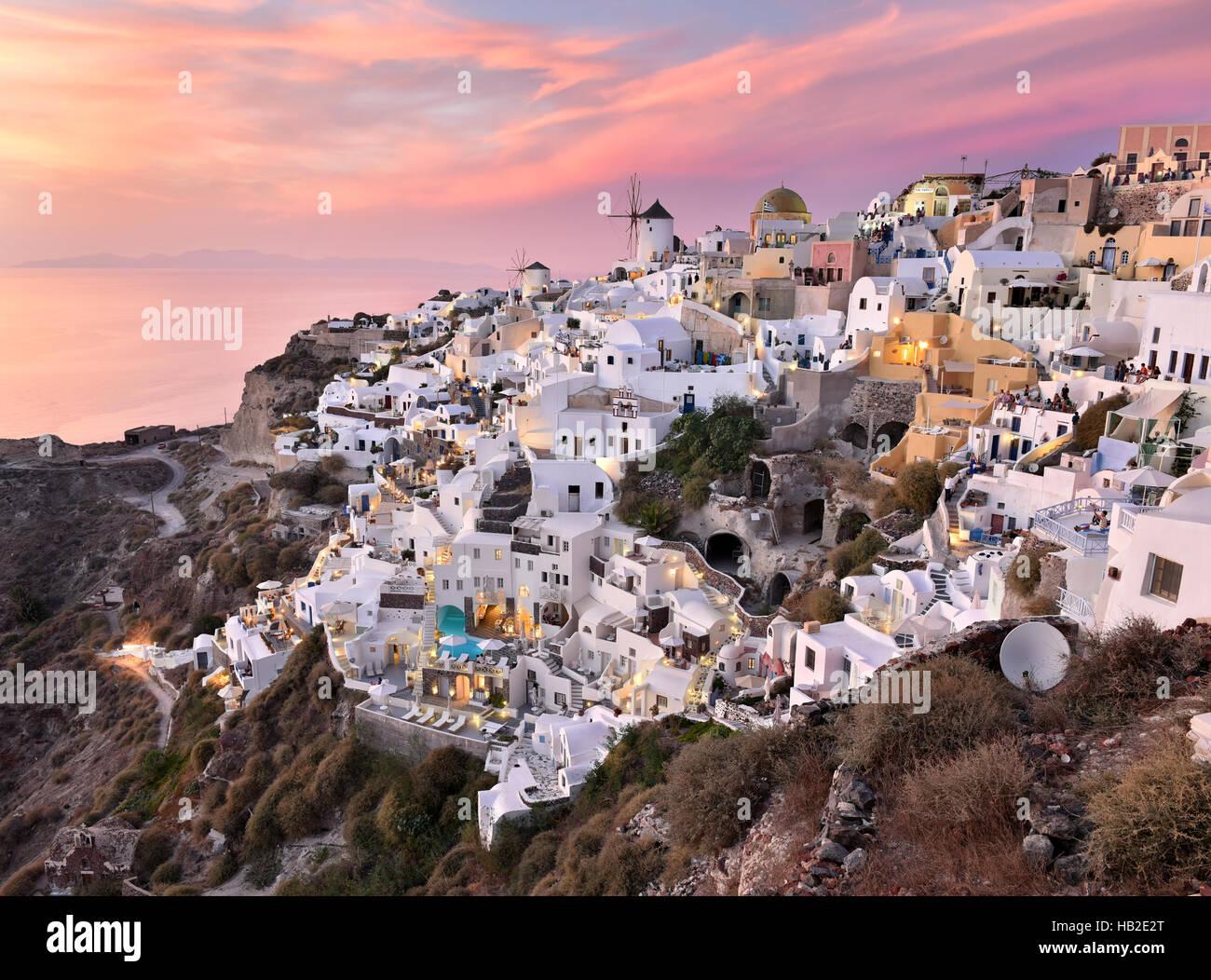 Dorf Oia im Stil der Kykladen-Architektur in Santorini, Griechenland während einer rosafarbenen Sonnenuntergang. Stockbild